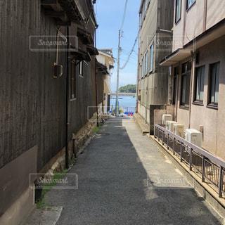 建物の隣に長い歩道の写真・画像素材[1406418]