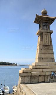 水の中に座って背の高い時計塔の写真・画像素材[1406434]