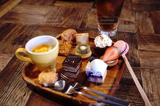 木製のテーブルの上に座ってモグモグタイムの写真・画像素材[1245027]