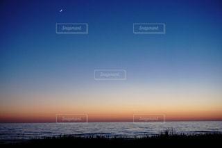 自然,海,空,夕日,夕暮れ,海岸,三日月,自然現象,夕日の写真