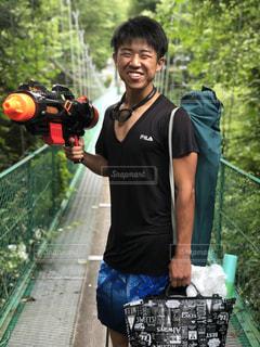 銃を持っている人の写真・画像素材[1399429]