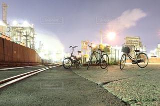 電車が道路の脇に駐車します。の写真・画像素材[1709925]