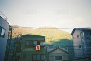 背景の木と家の写真・画像素材[705712]