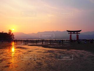 水の体に沈む夕日の写真・画像素材[1194708]