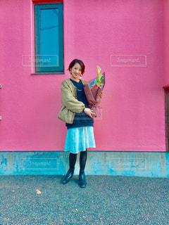 建物の前に立っている女性の写真・画像素材[1389080]