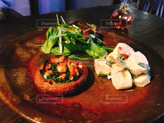 テーブルの上に食べ物のプレートの写真・画像素材[1506171]