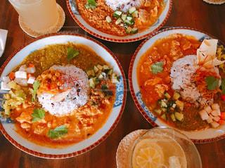テーブルの上に食べ物のボウルの写真・画像素材[1657554]