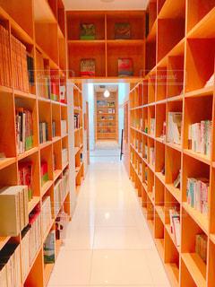 本棚の本でいっぱいの部屋の写真・画像素材[1221026]