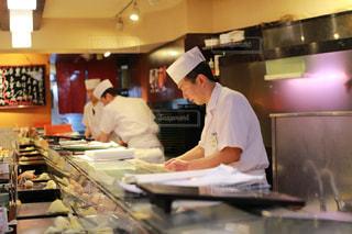食品を準備するキッチンで料理人の写真・画像素材[1261044]