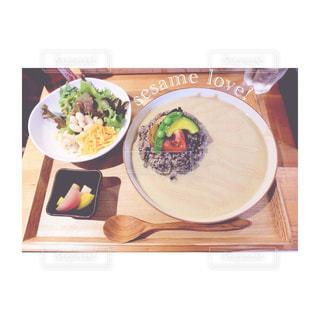テーブルの上に食べ物のプレートの写真・画像素材[1295750]
