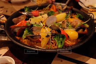 テーブルの上に食べ物のプレートの写真・画像素材[1295759]