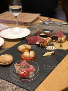 テーブルの上に食べ物のプレートの写真・画像素材[1295785]