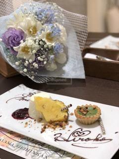 ケーキとテーブルの上の皿にアイス クリームの写真・画像素材[1295790]