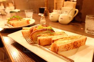 サンドイッチはテーブルの上の皿に半分にカットの写真・画像素材[1295801]