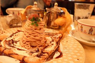 テーブルの上に食べ物のプレートの写真・画像素材[1295811]