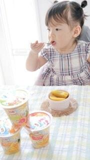 食べ物,コーヒー,朝食,ジュース,テーブル,人物,人,食器,赤ちゃん,カップ,食べる,紅茶,幼児,ファストフード,少し,コーヒー カップ,受け皿