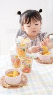 食べ物,コーヒー,朝食,テーブル,人物,人,赤ちゃん,カップ,アイスクリーム,幼児,ドリンク,ファストフード,スナック,ソフトド リンク