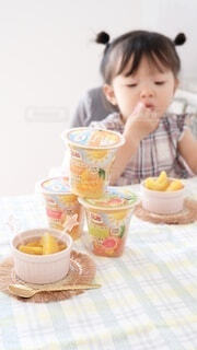 食べ物,コーヒー,朝食,テーブル,人物,人,赤ちゃん,カップ,紅茶,幼児,ドリンク,ファストフード,スナック,ソフトド リンク