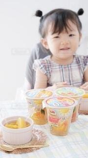子ども,食べ物,コーヒー,朝食,屋内,テーブル,人物,人,赤ちゃん,カップ,幼児,人間の顔