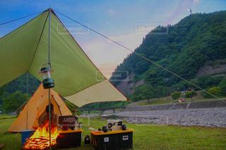 フィールドでテントの写真・画像素材[1204706]