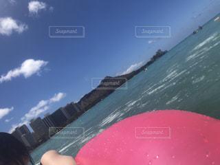 サーフィン ボードに乗る人の写真・画像素材[1389452]
