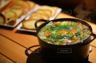 近くのテーブルの上に食べ物をの写真・画像素材[1760099]