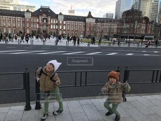 歩道を歩いている人のグループの写真・画像素材[1702371]