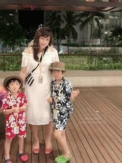 建物の前に立っている小さな女の子の写真・画像素材[2429247]