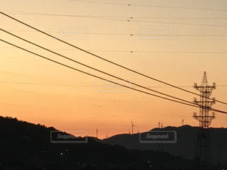 夕暮れ 風車 鉄塔