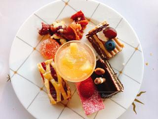 テーブルの上に食べ物のプレートの写真・画像素材[1205563]