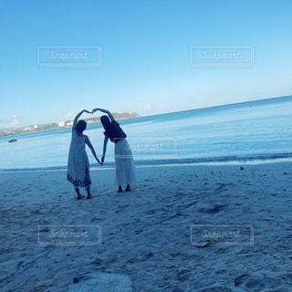 2人,海,夏,朝日,女の子,ハート,旅行,写真,ハワイ,グアム,休日,ポーズ,友達,女の人,heart,被写体,連休,友人,はーと,他撮り,ハートポーズ
