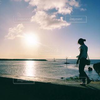 海,夏,夕日,晴れ,海辺,散歩,影,女,逆光,旅行,風,夕陽,お散歩,被写体,連休,他撮り