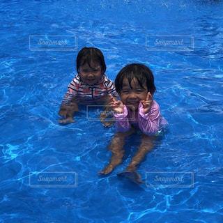 水のプールで泳ぐ子の写真・画像素材[1312778]