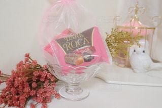 テーブルの上にピンクの花で満たされた花瓶の写真・画像素材[2837664]