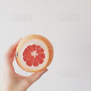 果物を持っている手の写真・画像素材[1207631]