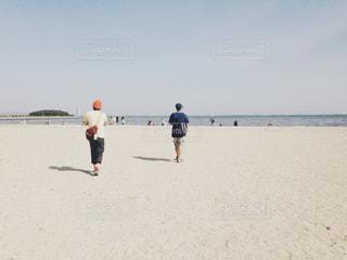 砂浜の上に立っている人の写真・画像素材[1217403]