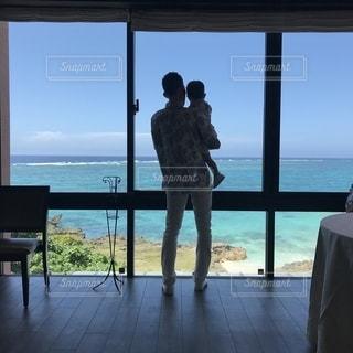 窓の前でビーチに人々 のカップルの写真・画像素材[1246984]