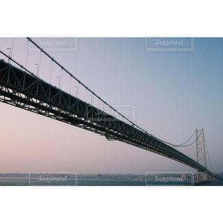 水の体の上を橋を渡る列車の写真・画像素材[1247642]