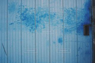 近くに青いドアのアップの写真・画像素材[1261265]