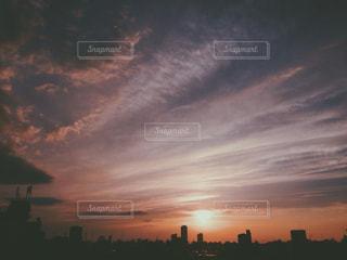 水の体に沈む夕日の写真・画像素材[1268897]