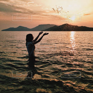水体のフリスビーを投げる男の写真・画像素材[1268936]