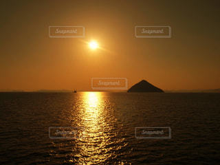 水の体に沈む夕日の写真・画像素材[1269916]