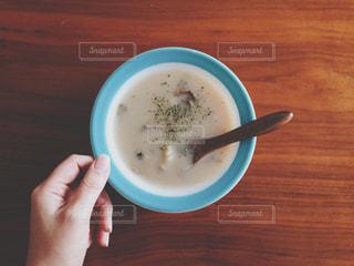 コーヒーのカップを持っている手の写真・画像素材[1271062]