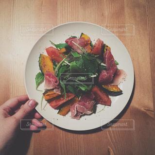 木製のテーブルの上に食べ物のプレートの写真・画像素材[1272164]