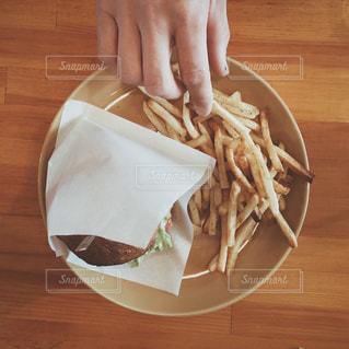 木製のテーブルの上に食べ物のプレートの写真・画像素材[1273664]