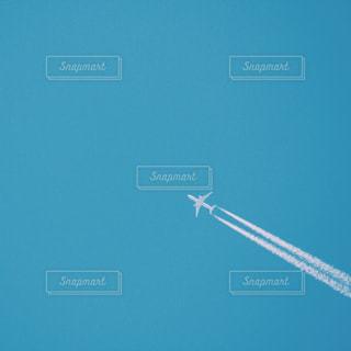 空を飛んでいる飛行機の写真・画像素材[1313577]