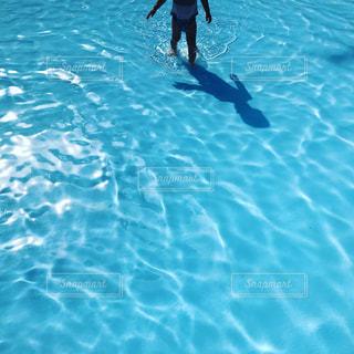 水のプールで泳ぐ男の写真・画像素材[1322957]