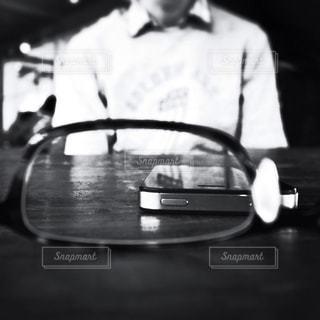 ギターを抱えて男の写真・画像素材[1355479]