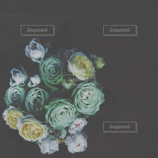 テーブルの上の花の花瓶の写真・画像素材[1368053]