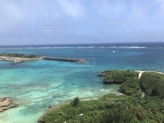水の体の真ん中に島の写真・画像素材[1386834]